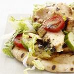 Салат на лепешке с жареной куриной грудкой