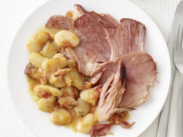 Свиной окорок тушеный с фасолью