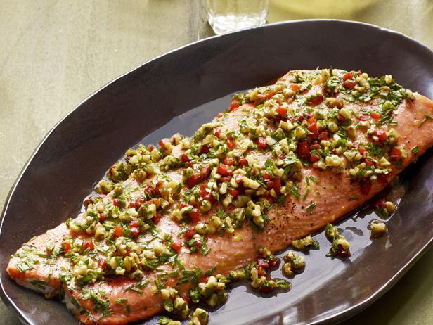 Запеченный лосось с ореховым соусом