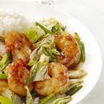 Жареные креветки и китайская капуста с соевым соусом