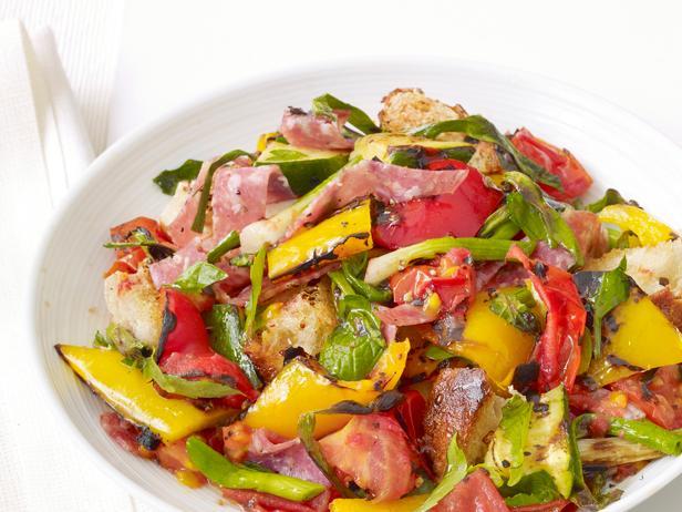 Гриль-салат панцанелла с салями