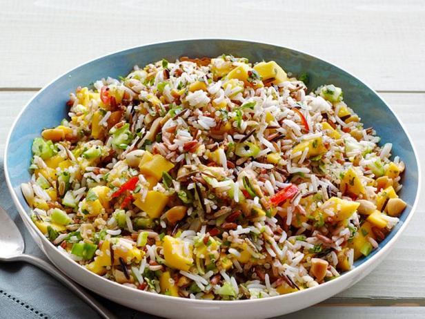 Рисовый салат с огурцами и манго