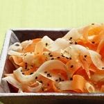 Салат с морковью и редькой дайкон