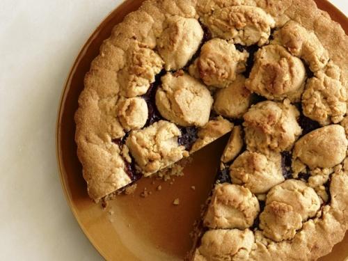 Арахисовый пирог с клубничным джемом