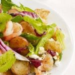 Тёплый салат с креветками и картофелем