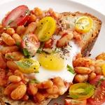 Запеченная яичница-глазунья с фасолью и помидорами на тосте