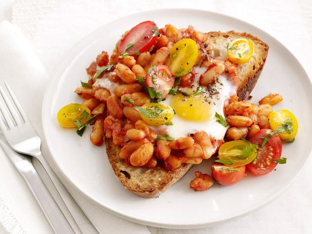 1324035510 zapechennaya yaichnica glazunya s fasolyu i pomidorami na toste Хрустящая лапша с запеченной свининой чар сиу