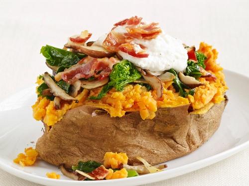 Сладкий картофель с панчеттой, грибами шиитаке и рапини