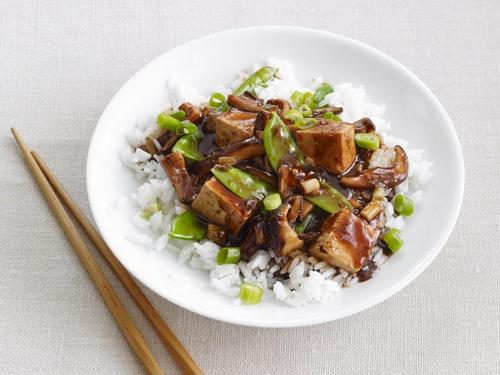 Стир-фрай с грибами шиитаке, горошком и тофу