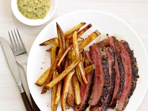 Фото Говяжий стейк с горчичным соусом и картофелем