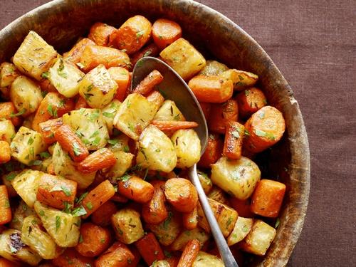 Запеченные корни сельдерея и морковь