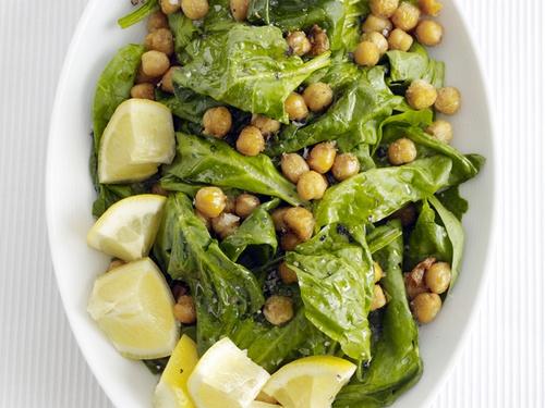 Запеченный с пряностями нут и шпинат