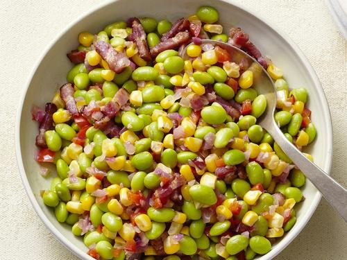 Соте из фасоли эдамаме с кукурузой и беконом