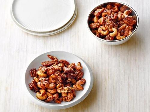 Запеченные орехи с розмарином и перцем чипотле