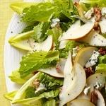 Салат из цикория с грушей и сыром горгонзола