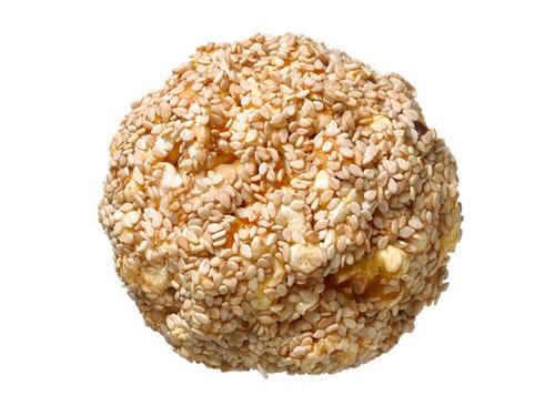 Фото Медово-ореховые шарики из попкорна в кунжуте