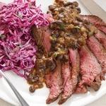 Стейк из говяжьей пашины с фасолью и капустным салатом