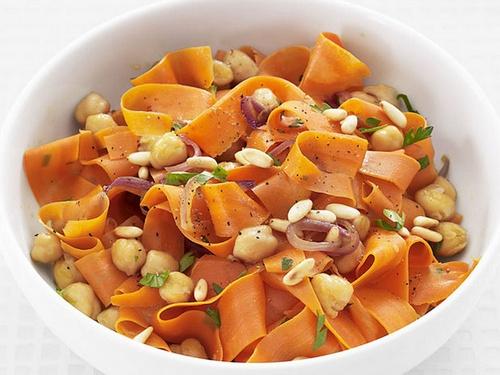 Жареная морковь, нут и кедровые орехи