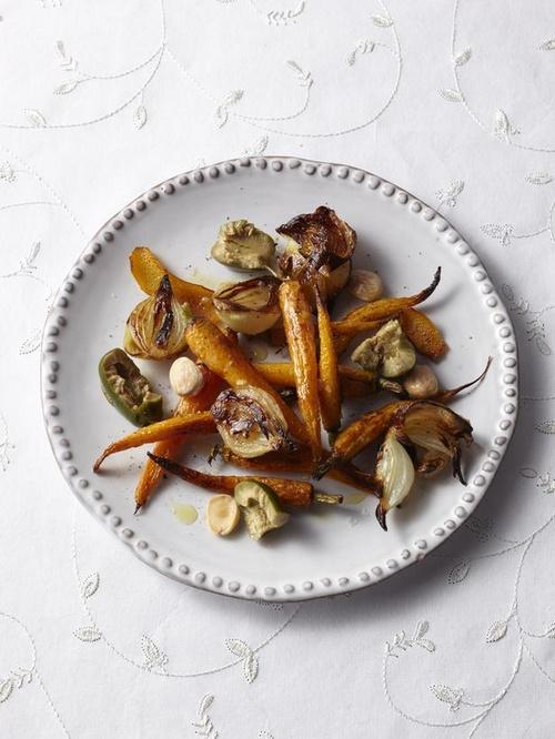 Фото Запеченная морковь и лук-шалот с оливками и миндалем