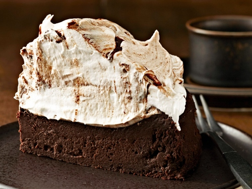 Фото Шоколадный торт на пиве с безе