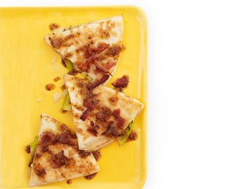 Фото Кесадилья с яблоками и сыром бри