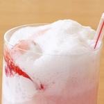 Коктейль-мороженое «Клубничный пиммс»