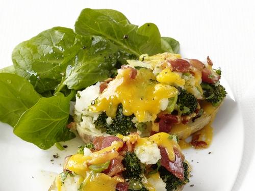 Картофель, фаршированный брокколи и сыром чеддер