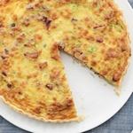 Открытый пирог с сыром, ветчиной и зеленым луком