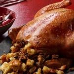 Запеченная курица, фаршированная хлебом, грецкими орехами и травами