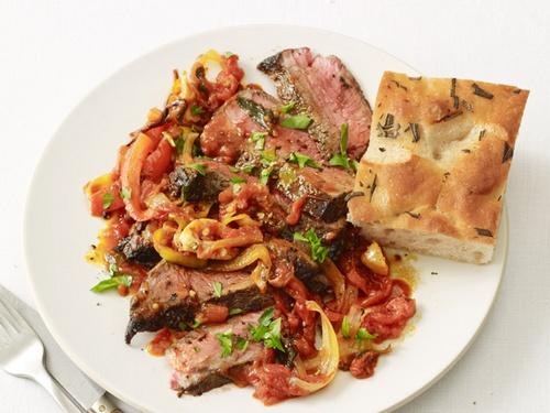 Стейк из говядины с соусом «Пиццайола»