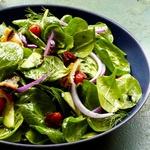 Салат из шпината с хлебом и помидорами