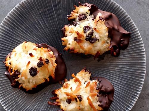 Кокосовые макаруны в шоколаде