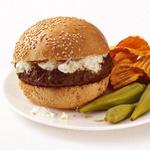 Пряные гамбургеры с огурцами и йогуртом