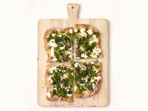 Белая пицца с брокколини