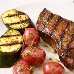 Жареный на гриле стейк из говядины с картофелем и цуккини