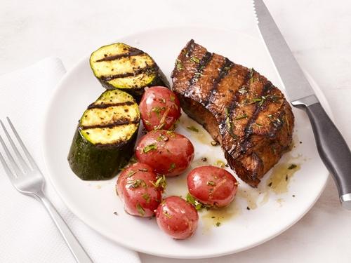 Фото Жареный на гриле стейк из говядины с картофелем и цуккини