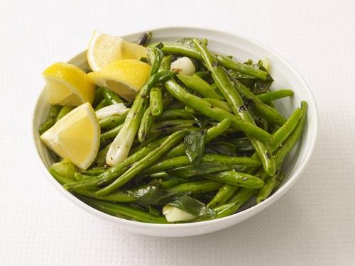 Жареная на гриле зеленая фасоль с луком