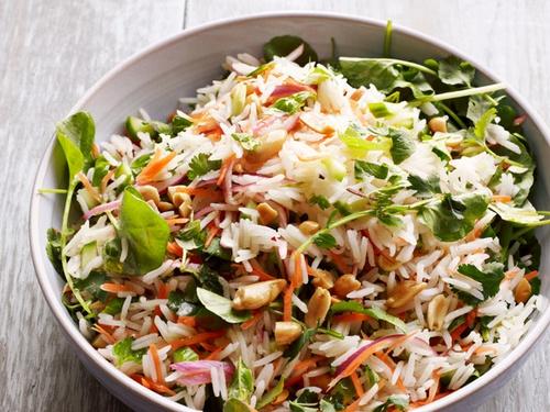 Рисовый салат с травами и лимонной заправкой