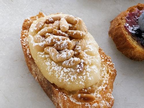 Фото Брускетта с миндальной пастой и кедровыми орехами