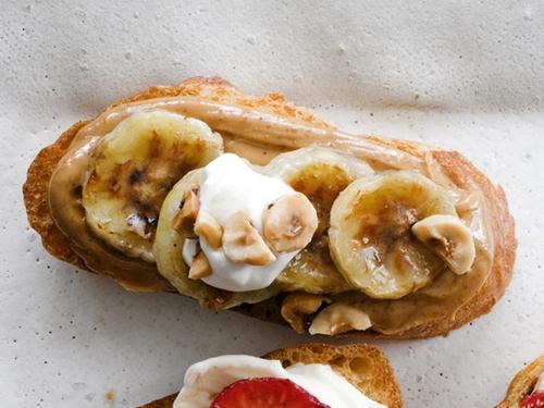 Брускетта с ореховой пастой и бананами