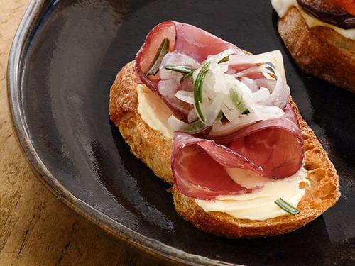 Брускетта с сыровяленой говядиной и маринованным луком