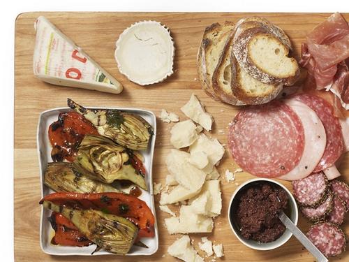 Фото Антипасто с печеными овощами, колбасой и сыром