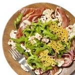 Сыровяленая ветчина с маринованными овощами и сырными чипсами