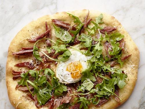 Пицца с утиным конфи и яичницей глазуньей