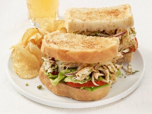 Сэндвичи с цыпленком-гриль и соусом песто