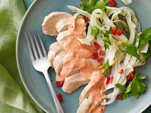 Куриные грудки с красным соусом айоли и салатом из фенхеля