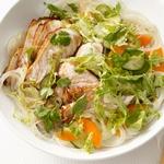 Рисовая лапша со свининой и маринованными овощами