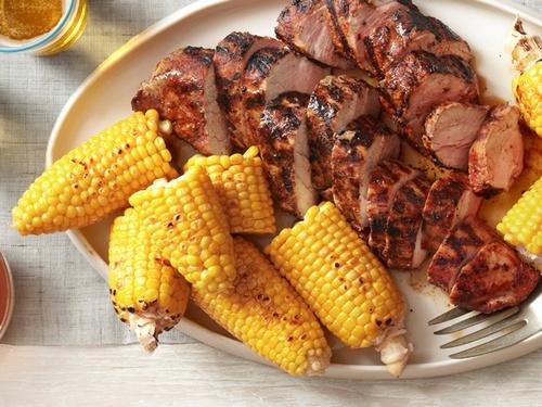 Свиная вырезка, жаренная на гриле с кукурузой