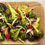 Жареная капуста брокколи с грибами и перцем чили