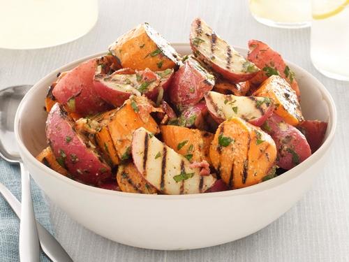 Фото Картофельный гриль-салат с беконом и зеленым луком